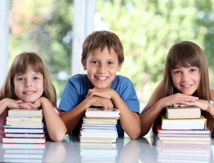 ca-infancia-classe-sala-de-aula-ensino-instrucao-educacao-basico-fundamental-aprender-estudar-licao-literatura-ler-escrever-colegio-1272384126336_420x320