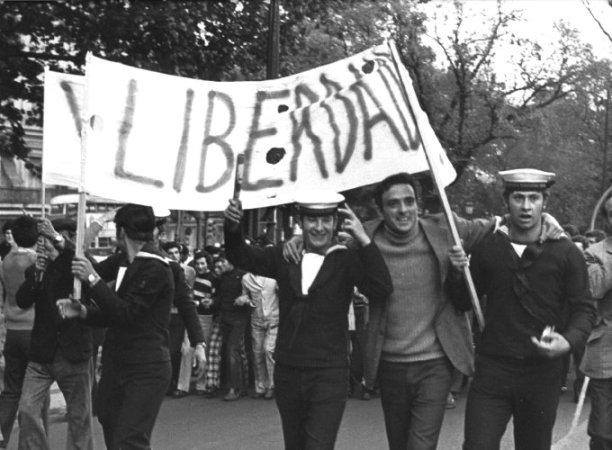 Resultado de imagem para 25 de abril de 1974