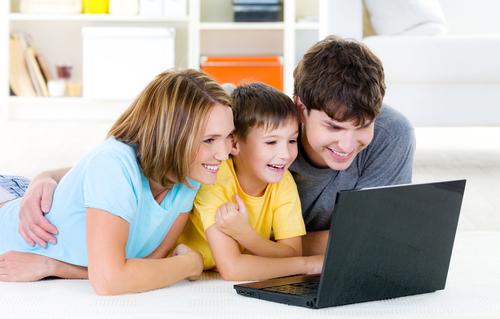 Família visualizando as fotografias no computador.