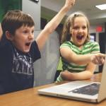 Crianças que jogam e navegam na Internet são melhores na escola