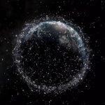 Espaço atulhado de partículas de lixo perigosas