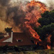 Vídeos pessoais que mostram o fogo a chegar rapidamente às casas na Grécia