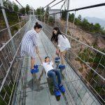 Maior ponte de vidro do mundo visitada por 3 mil pessoas no 1º dia